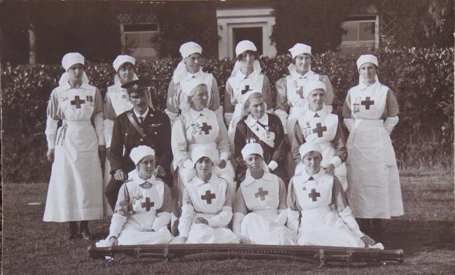 3456a55834032 Volunteers - Daisy Johnson and other Red Cross VADs during the First World  War.
