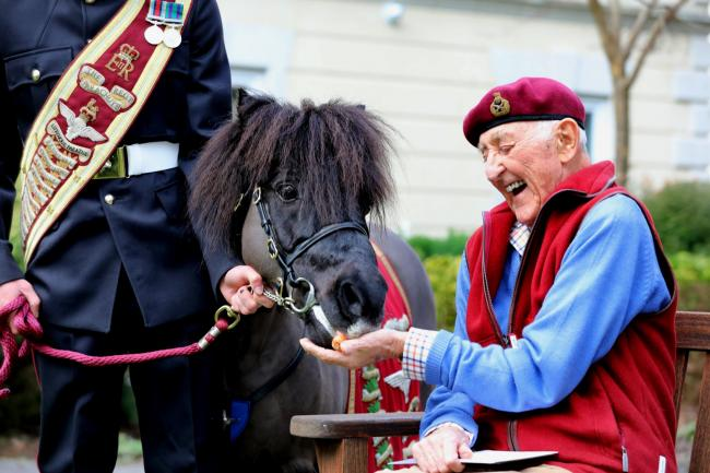 Friends - Para's mascot Pegasus V visiting General Sir Geoffrey Howlett on his 90th birthday