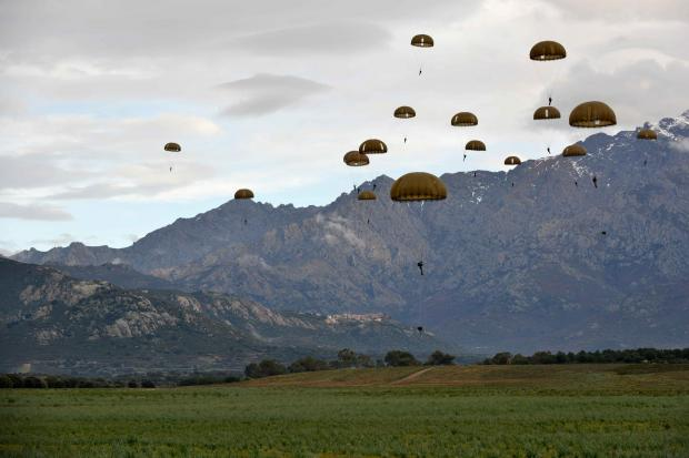 Gazette: Members of 2 Para in training