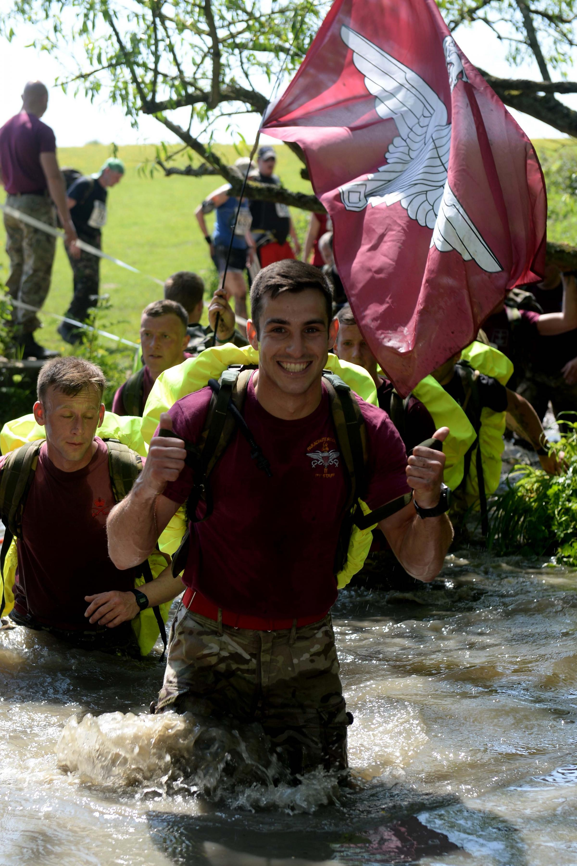 Hundreds of runners take part in Paras' 10 run